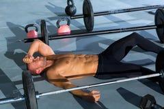 Crossfit人疲倦在锻炼以后放松了 免版税库存图片
