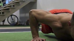 CrossFit atleta podnosi 50fps spełnianie pcha zbiory wideo