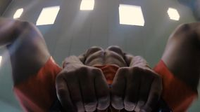 CrossFit atlety spełniania kettlebell huśtawka 50fps zbiory wideo