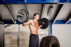 Crossfit - barbell no treinamento do ombro Imagens de Stock