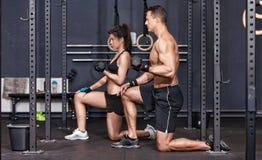Crossfit barbell szkolenia kobieta i mężczyzna Ostrość na mężczyzna w przodzie zdjęcia royalty free
