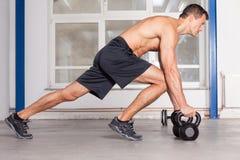 Crossfit do treinamento de Kettlebells - homem em um gym Fotografia de Stock