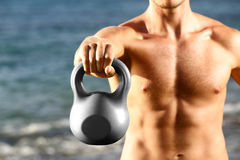 Crossfit-Eignungs-Manntraining mit kettlebell stockfotos