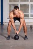 Crossfit - homem do treinamento do kettlebell em um gym Fotografia de Stock Royalty Free