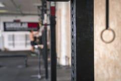 Crossfit idrottshall med vikter och övningsutrustning royaltyfri bild