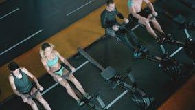 Crossfit 4K ομάδα μήκους σε πόδηα αθλητικών ανδρών και γυναικών ενηλίκων φιλμ μικρού μήκους