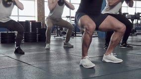 Κινηματογράφηση σε πρώτο πλάνο - ομάδα αρσενικών μυϊκών φίλων που επιλύουν στη γυμναστική Crossfit απόθεμα βίντεο