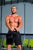 Crossfit Kettlebells huśtawki ćwiczenia mężczyzna trening Obrazy Royalty Free