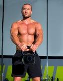 Crossfit Kettlebells huśtawki ćwiczenia mężczyzna trening Zdjęcie Royalty Free