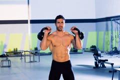 Crossfit mężczyzna kettlebell treningu podnośny ćwiczenie Fotografia Royalty Free