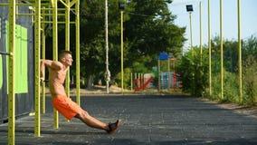 Crossfit-Mann, der eine Übung tut Abschluss oben stock video footage
