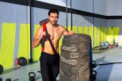 Crossfit pełnozamachowego młota mężczyzna przy gym relaksującym Fotografia Royalty Free