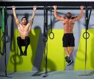 Crossfit pianta per escludere l'allenamento delle barre di tirata-UPS 2 degli uomini Fotografia Stock Libera da Diritti