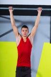 Crossfit pianta per escludere l'allenamento delle barre di tirata-UPS 2 del giovane Fotografie Stock