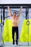 Crossfit pianta per escludere l'allenamento delle barre di tirata-UPS 2 dell'uomo Fotografia Stock Libera da Diritti