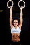 Crossfit Retrato de la muchacha muscular del ajuste de los jóvenes en top del blanco usando gimnástico imagen de archivo libre de regalías