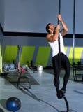 Crossfit Seil-Aufstiegsübung in der Eignungsturnhalle lizenzfreie stockfotografie