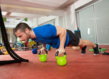 Crossfit sprawności fizycznej mężczyzna pcha podnosi Kettlebells pushup ćwiczenie Fotografia Royalty Free