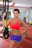 Crossfit sprawności fizycznej kobiety pozycja przy gym mienia trx Zdjęcia Royalty Free
