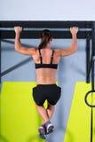 Crossfit toca con la punta del pie para barrar entrenamiento de las barras de tirón-UPS 2 de la mujer Fotos de archivo