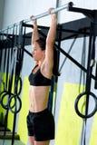 Crossfit toes, um Frau ZugUPS 2 Stangen-Training abzuhalten Stockbild