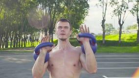 Crossfit Un jeune homme soulève des haltères banque de vidéos