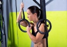 Crossfit upadu pierścionku kobieta relaksował po treningu przy gym Obrazy Stock