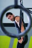 Crossfit upadu pierścionku mężczyzna trening przy gym Obrazy Royalty Free