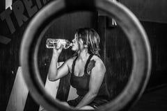 Crossfitter die hard dagelijks wod drinkwater opleiden stock afbeelding