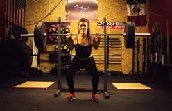 Crossfitter formant le wod quotidien dur deadlifting photos stock