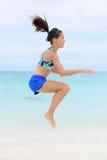 Crossfitvrouw die sprong hurkende opleidingsoefeningen doen Stock Foto