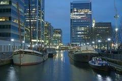 Crosshabour doku Canary Wharf łodzi budynku biurowego wodnego kanału nocy krajobrazu Londyński biznes Zdjęcia Royalty Free