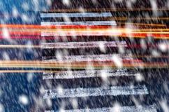 Crossin pedonale nelle precipitazioni nevose fotografia stock libera da diritti