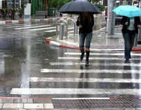 Crossing the road on a rainy day Royalty Free Stock Images