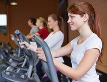 crosstrainer的妇女在健身 免版税库存图片