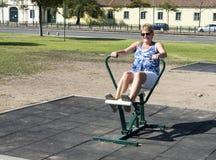 взрослая женщина на crosstrainer Стоковые Изображения