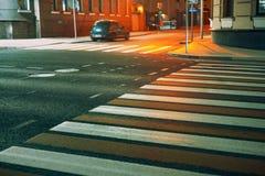 Crosswalk в городе стоковые изображения rf