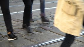 crosswalk Люди пересекают улицу на пешеходный переход в большом городе Автомобили остановленные на светофоре видеоматериал