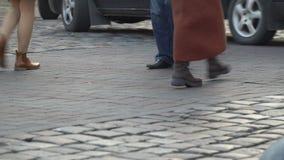 crosswalk Люди пересекают улицу на пешеходный переход в большом городе Автомобили остановленные на светофоре акции видеоматериалы