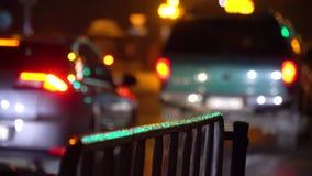crosswalk Люди пересекают улицу на пешеходный переход в большом городе Автомобили остановленные на светофоре город здания выравни акции видеоматериалы