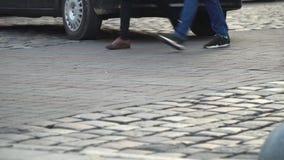 crosswalk Люди пересекают улицу на пешеходный переход в большом городе Автомобили остановленные на светофоре сток-видео