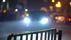 crosswalk Люди пересекают улицу на пешеходный переход в большом городе Автомобили остановленные на светофоре город здания выравни сток-видео