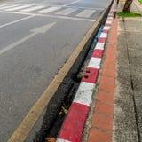 Crosswalk на дороге асфальта Стоковая Фотография