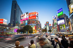 Crosswalk пешеходов на районе Shibuya в токио, Японии Стоковые Изображения