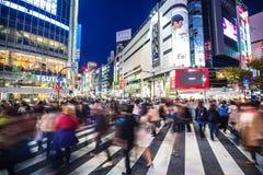 Crosswalk пешеходов на районе Shibuya в токио, Японии Стоковые Фото