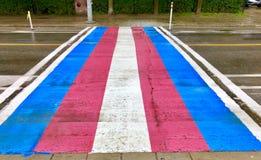Crosswalk флага транссексуал на дождливый день во время гордости стоковые изображения rf