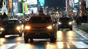 crosswalk Auto-Verkehr New York nachts stock video