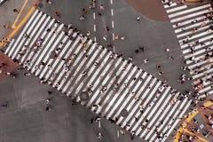 crosswalk Caminhada dos povos ao longo do cruzamento pedestre imagem de stock