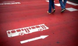 Crosswalk com sinal do barramento fotos de stock