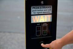 Crosswalk guzik dla pedestrians pchać ten guzika krzyżować ulicę zdjęcia stock